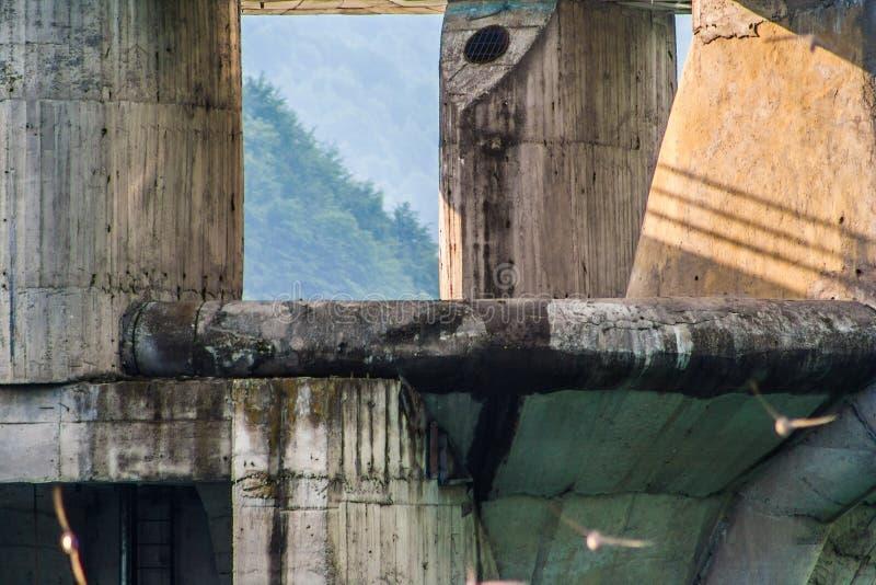 Betonconstructie door Zeemeeuwen wordt omcirkeld die stock foto