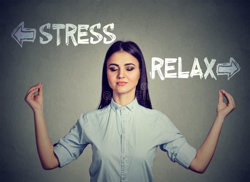 Betonen Sie oder entspannen Sie sich Junge meditierende Frau stockbilder
