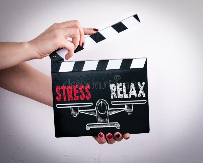 Betonen Sie und entspannen Sie sich Balance Weibliche Hände, die Filmscharnierventil halten stockfotos