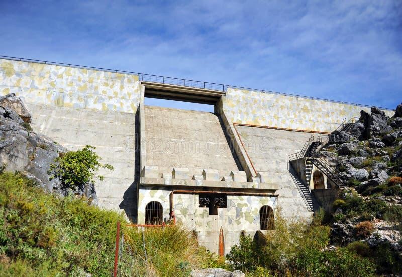 Betongväggen av den Fresnillo behållaren, toppiga bergskedjan de naturliga Grazalema parkerar, landskapet av CÃ-¡ diz, Spanien arkivbild