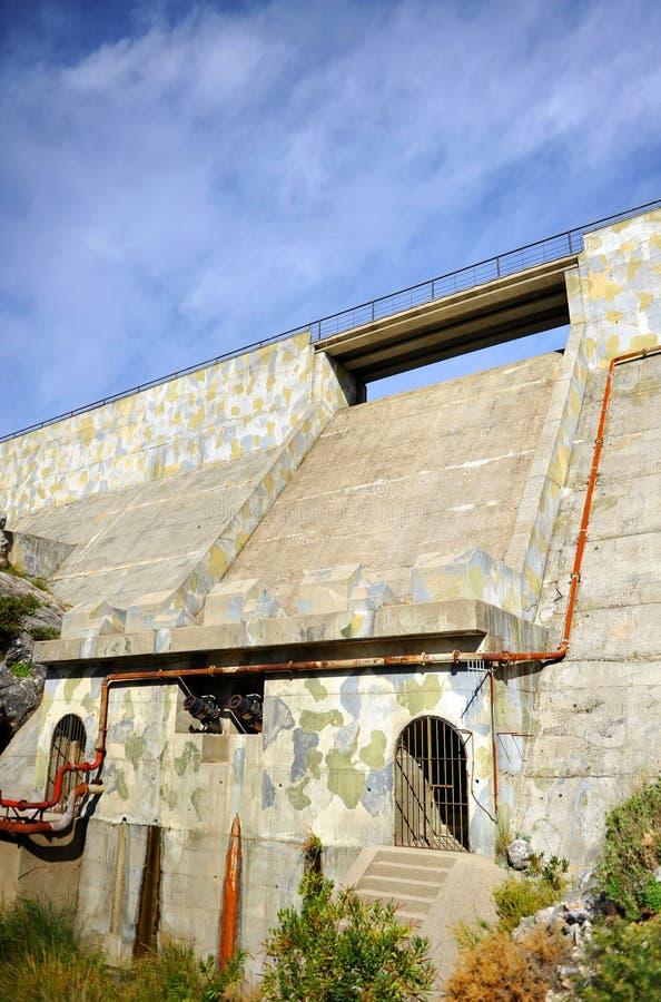 Betongväggen av den Fresnillo behållaren, toppiga bergskedjan de naturliga Grazalema parkerar, landskapet av CÃ-¡ diz, Spanien royaltyfria bilder