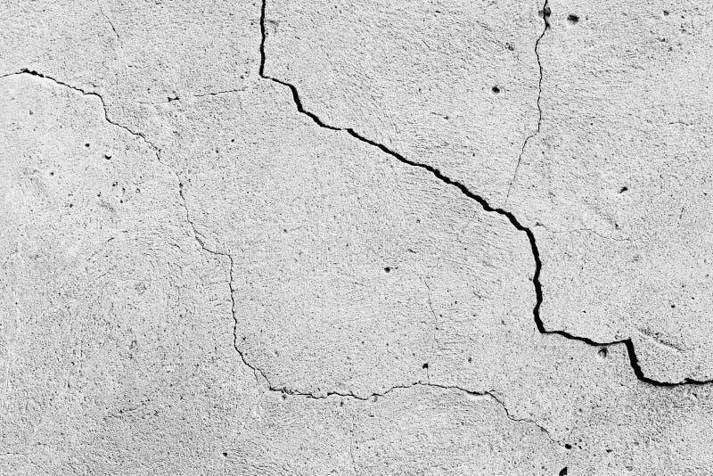 Betongv?ggtexturbakgrund Gammal cementyttersida med sprickor och skrapor som grungebakgrund Svartvit bild arkivfoto
