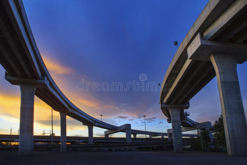 Betonkonstruktion der Eilweise gegen schönen düsteren Himmel wir lizenzfreie stockfotografie