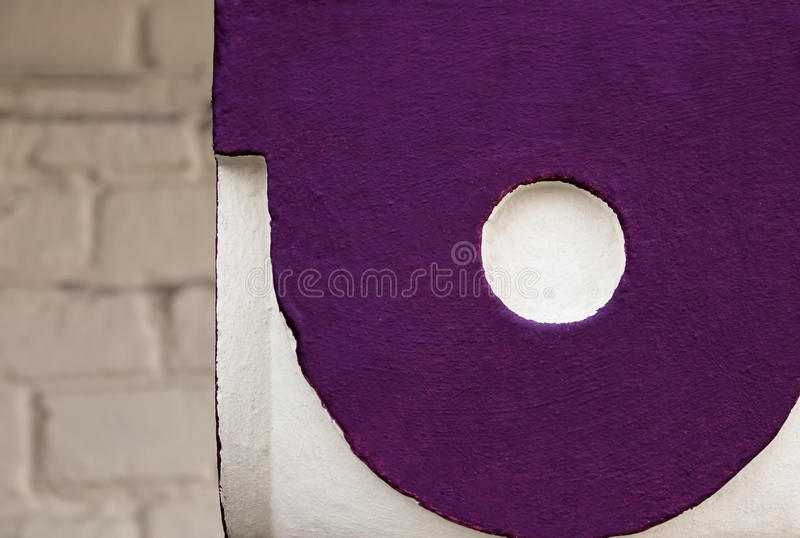 Betonmauer, Farbe abstrakt gegen einen Hintergrund des Betons, helle purpurrote Kreise stockfoto