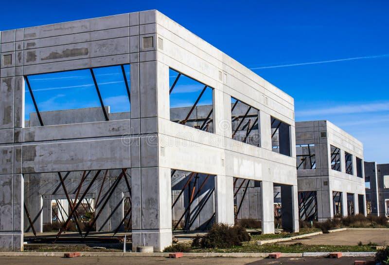 Betonmauern auf verlassenem Bürokomplex lizenzfreies stockbild