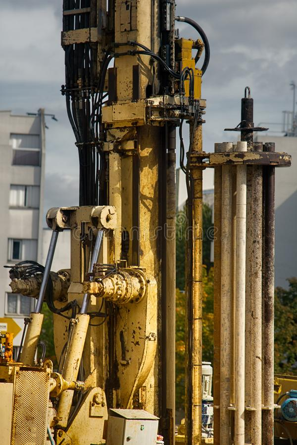 betonmolensbeton, plaats mechanische installatie stock foto