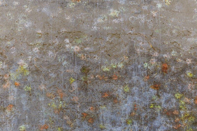 Betonowa ściana zakrywająca z plamami farba od strzałów w g obrazy stock