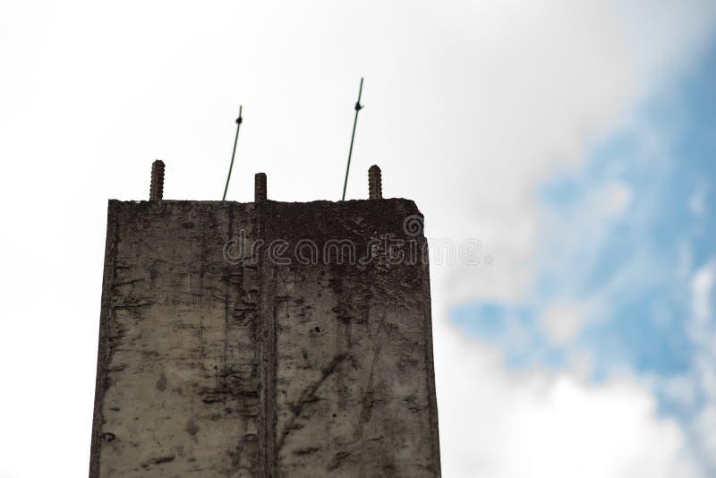 Betonowa kolumna z metal stadninami przeciw niebu zdjęcie royalty free