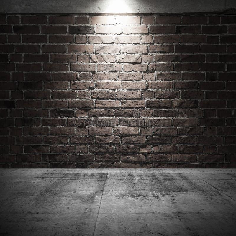 Betonowa podłoga i ściana z cegieł z punktem zaświecamy iluminację fotografia royalty free