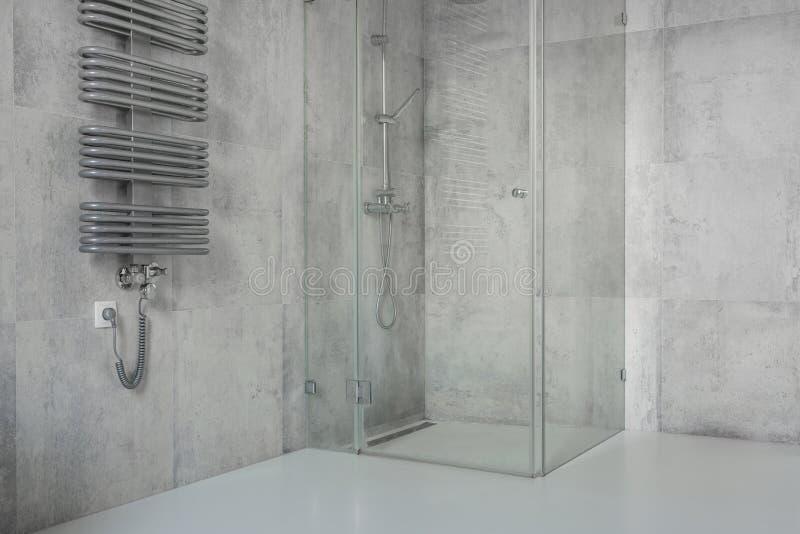 Betonowe płytki w nowożytnej, przestronnej łazience, obrazy royalty free