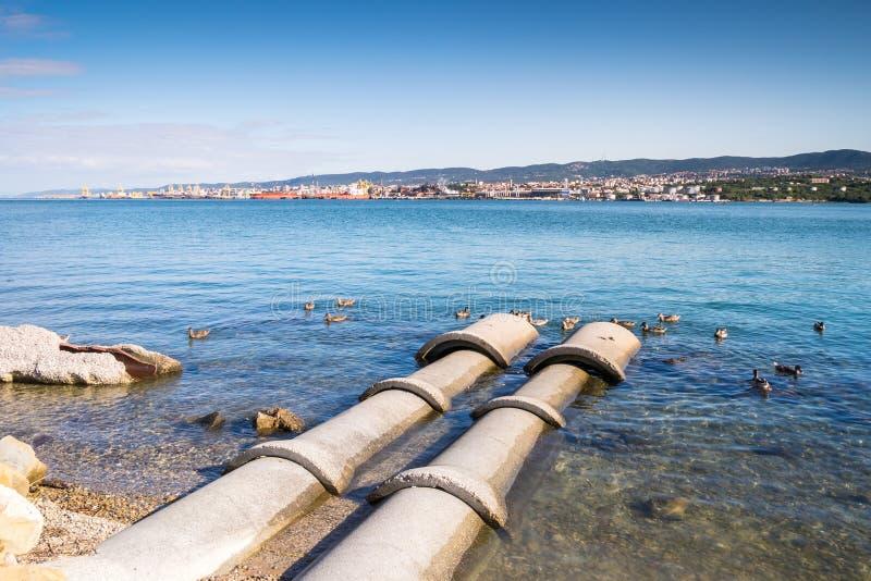 Betonowe tubki iść w morze zdjęcia royalty free