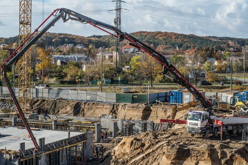Betonowej pompy robot budowlany i ciężarówka zdjęcie royalty free