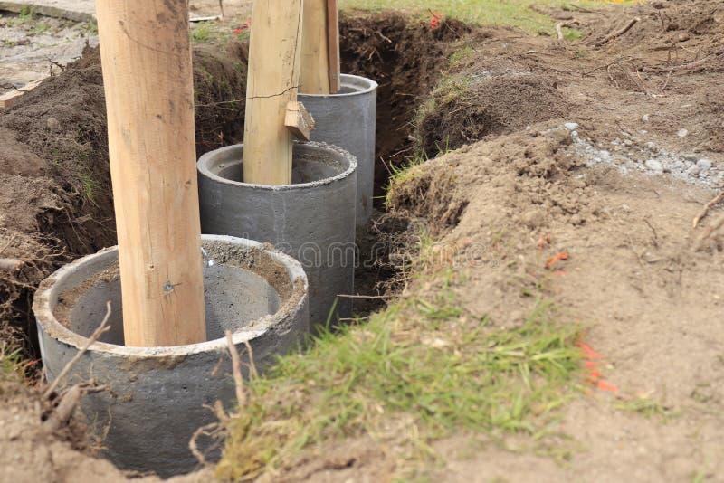 Betonowej tubki fundament z drewnianą kolumną zdjęcie stock
