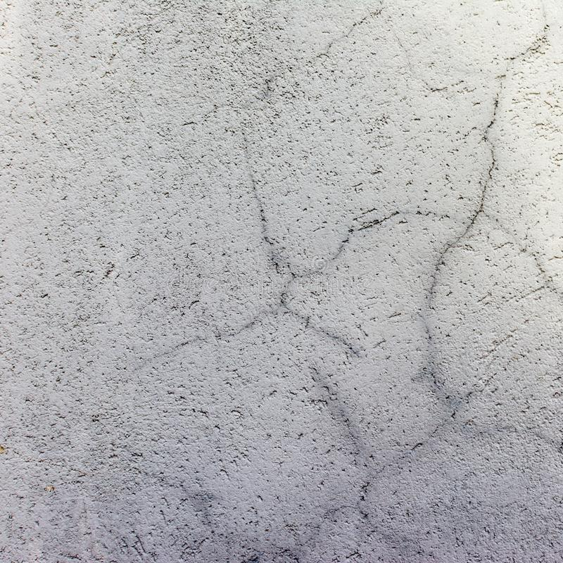 Betonowy światło - szarości ściana z pęknięciami Tło z teksturą fotografia royalty free