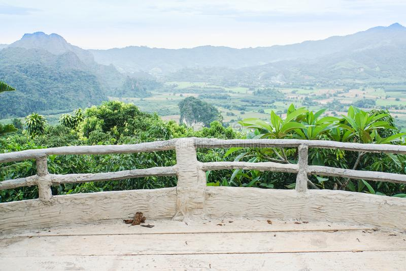 Betonowy balkon dla halnego punktu widzenia obraz royalty free