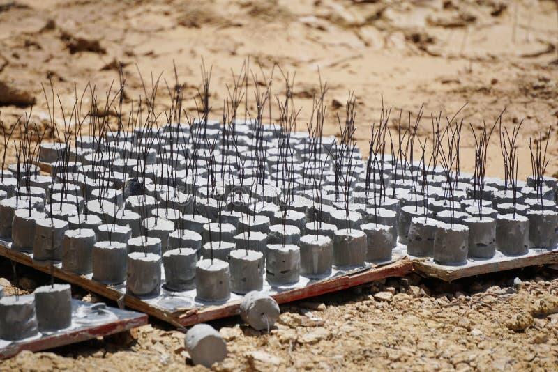 Betonowy brukowanie, betonowe piłki umieszczać na ziemi obraz royalty free