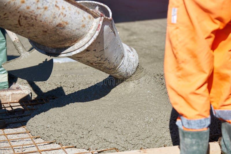 Betonowy dolewanie podczas reklamy betonuje podłoga budynek zdjęcia royalty free