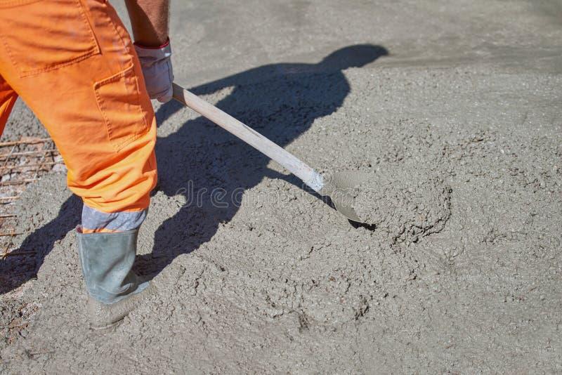Betonowy dolewanie podczas reklamy betonuje podłoga budynek obrazy stock