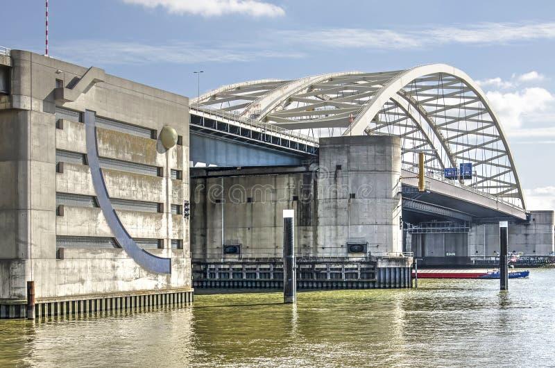 Betonowy i stalowy most przez rzekę fotografia stock