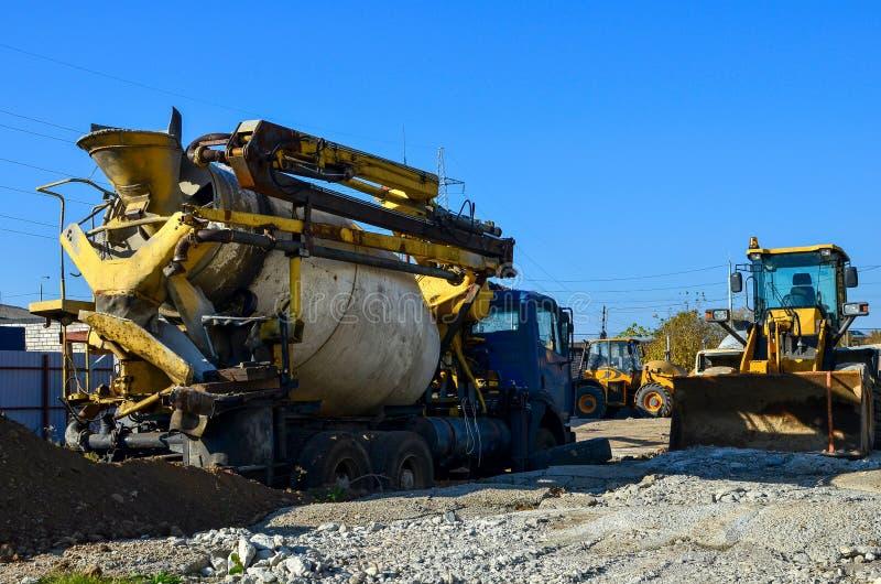 Betonowy miesza ciężarówki dolewania usługowy cement w miejsce budynku fotografia stock
