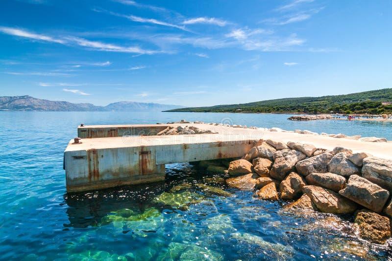 Betonowy molo dla statków w Supetar schronieniu na Brac wyspie obrazy stock