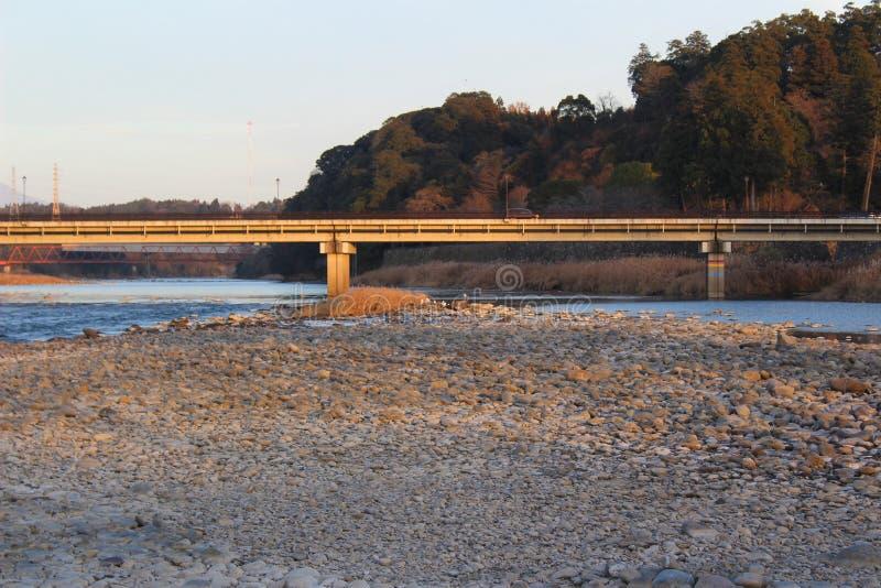 Betonowy most nad Kumy rzeką w Japonia obrazy stock