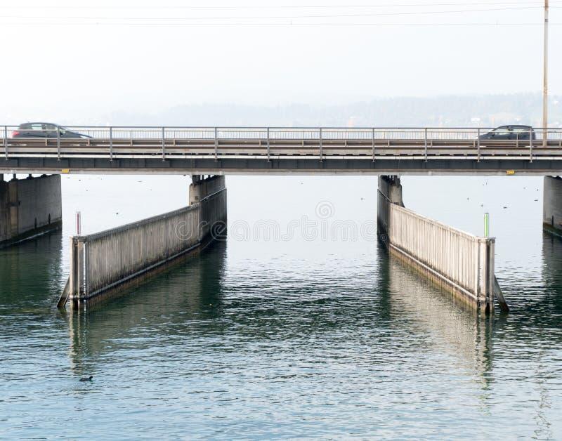 Betonowy most nad wodą z, przejście pod, dwa samochodu przewodzi t drogi działającą paralelą i i łodzi i statku i zdjęcie royalty free