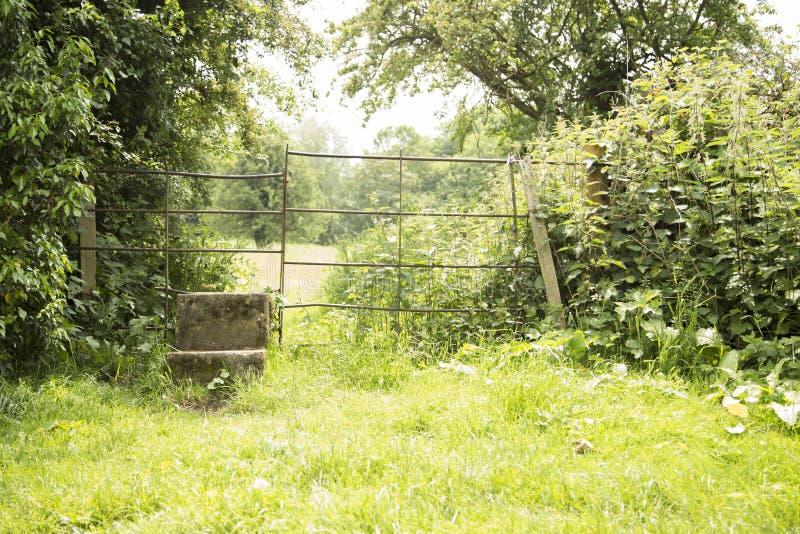 Betonowy przełaz prowadzi następny pole zdjęcia stock