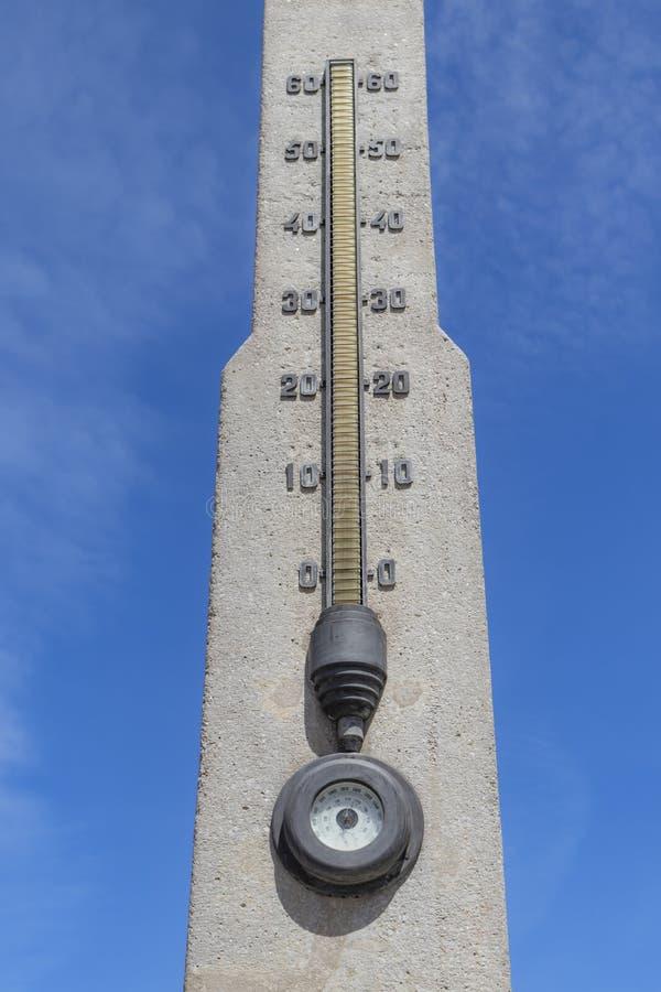 Betonowy Stella na plaży z termometrem i barometrem zdjęcia royalty free