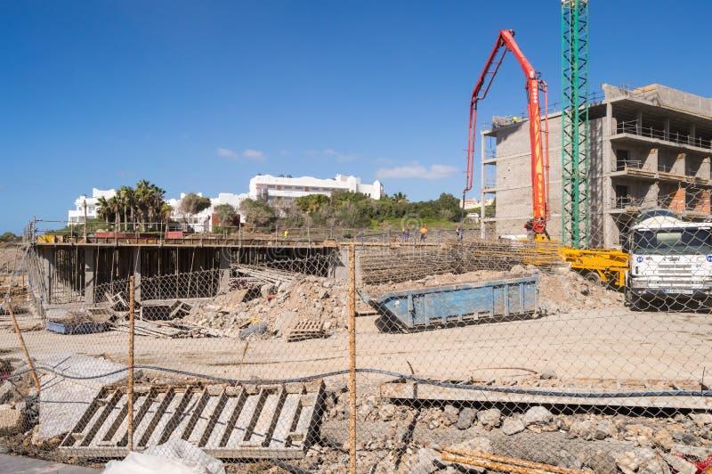 Betonpumpe-LKW auf dem Bau eines Gebäudes von Los Abr lizenzfreie stockfotografie