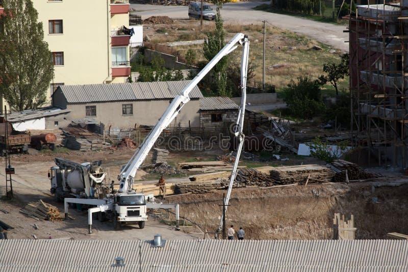 Betonpumpen, die den Grundlagenbeton eines Baus legen stockbilder