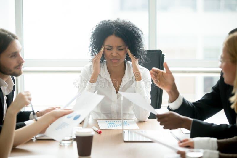 Betonte afrikanische Geschäftsfrau ermüdete oder, leiden unter Kopfschmerzen lizenzfreie stockfotografie