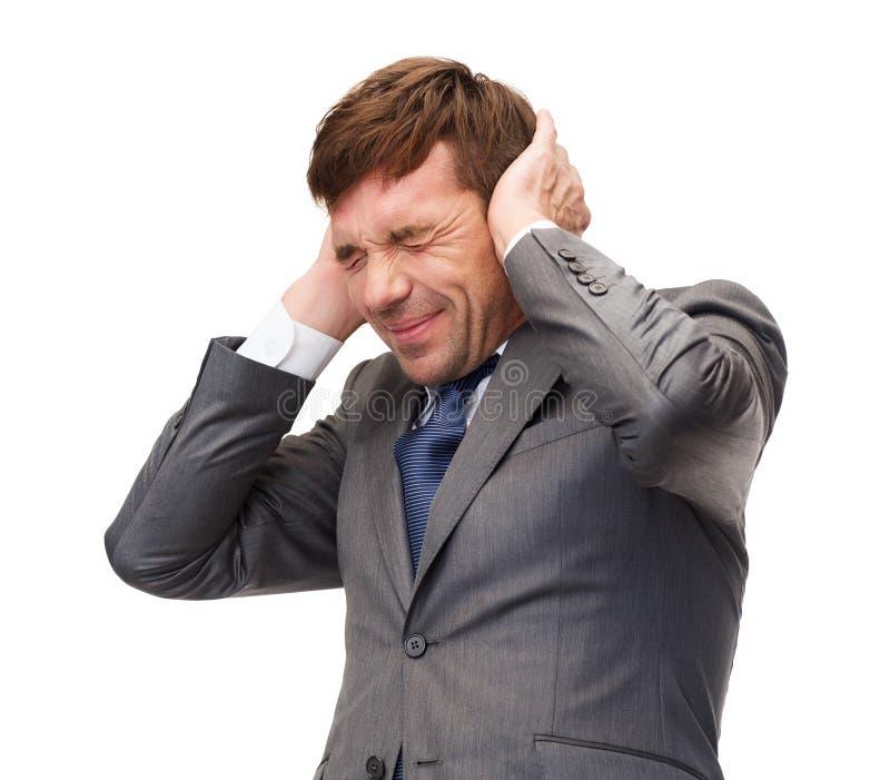 Betonte buisnessman oder des Lehrers schließend Ohren lizenzfreies stockbild