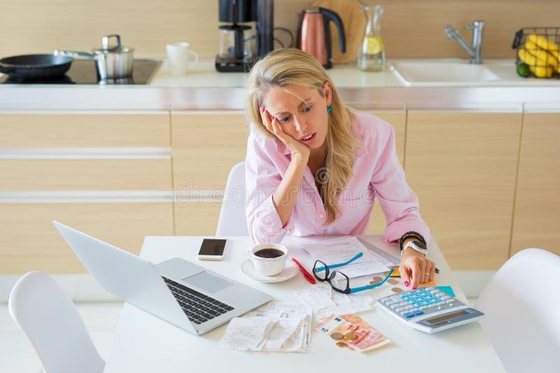 Betonte Frau, die Finanzprobleme und die Wechsel zu zahlen hat stockfoto