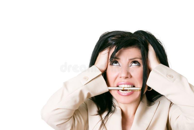 Betonte Frau, die oben schaut lizenzfreies stockbild