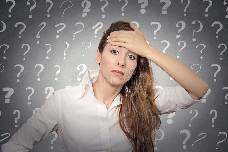 Betonte Frau hat viele Fragen stockfotos