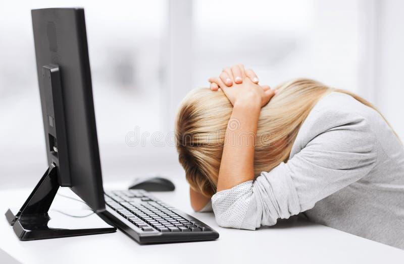 Betonte Frau mit Computer lizenzfreie stockbilder