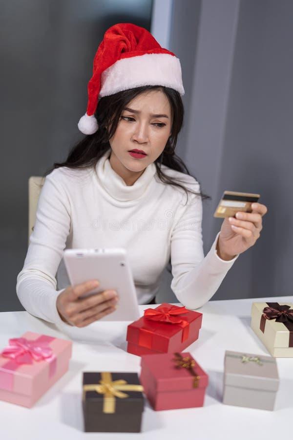 Betonte Frau in Sankt-Hut online kaufend für Weihnachtsgeschenk w stockbilder