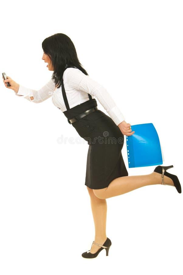 Betonte Geschäftsfrau in der Hast lizenzfreie stockbilder