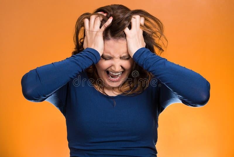 Betonte Geschäftsfrau, ihr Haar herausziehend stockbild