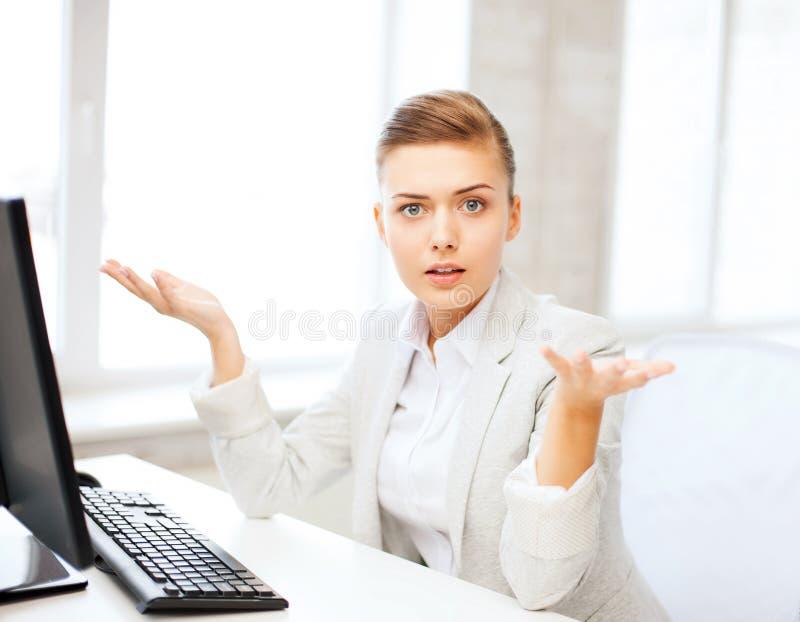 Betonte Geschäftsfrau mit Computer lizenzfreie stockbilder