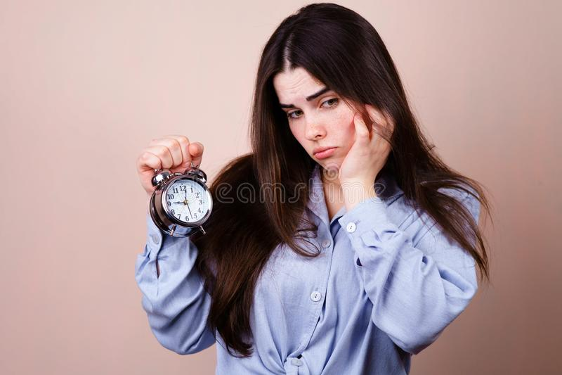 betonte Geschäftsfrau mit Wecker, Frist stockfoto