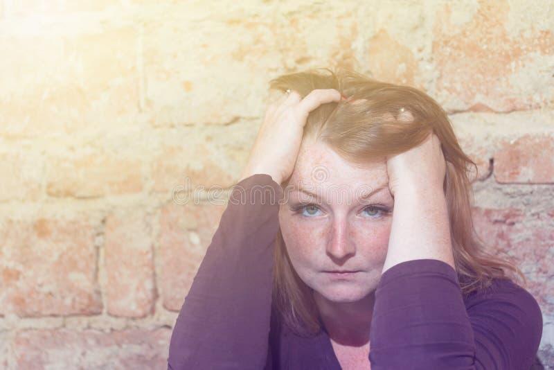 Betonte junge Frau der Rothaarigen lizenzfreies stockfoto