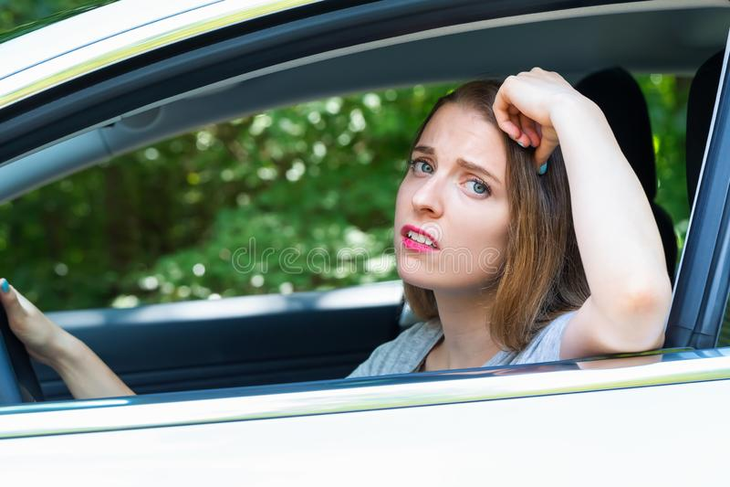 Betonte junge Frau gestört über Verkehr stockfotografie