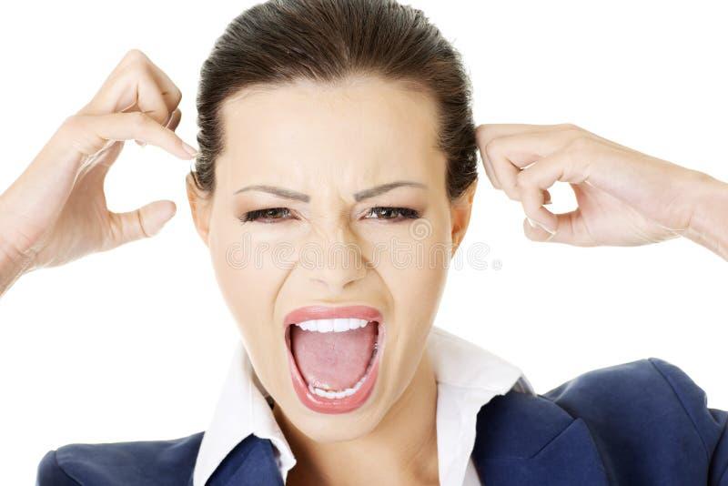 Betonte oder verärgerte Geschäftsfrau, die loud schreit stockbild