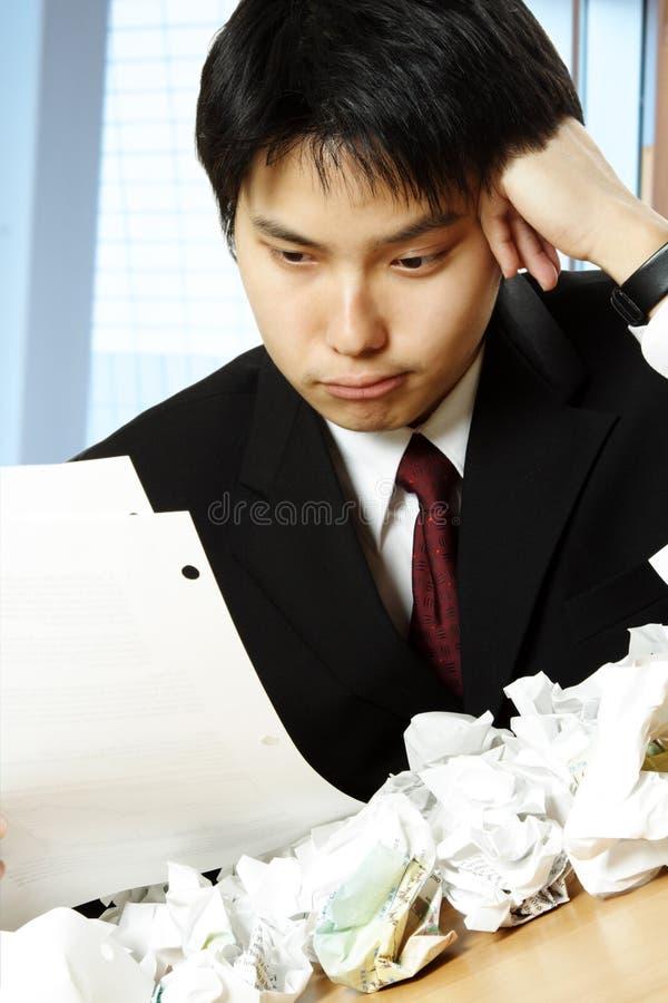Betonter asiatischer Geschäftsmann lizenzfreie stockfotos