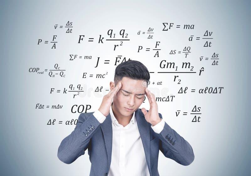 Betonter asiatischer Geschäftsmann, Formel lizenzfreies stockfoto