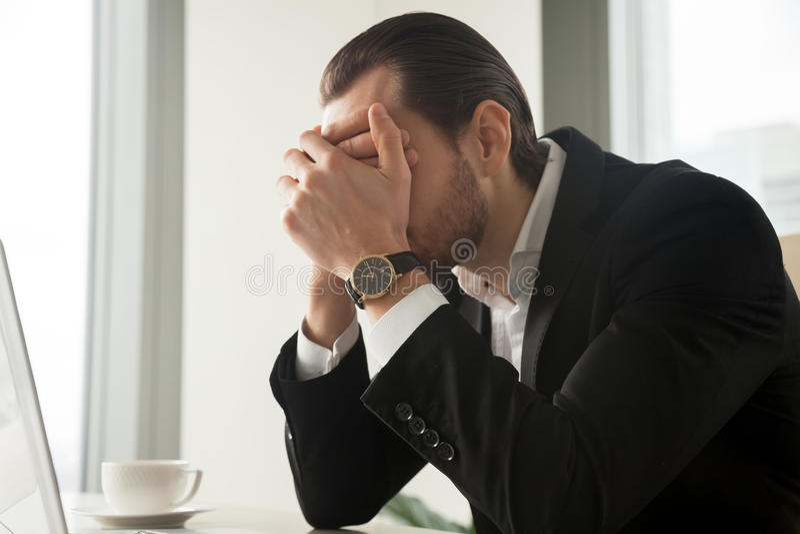 Betonter Geschäftsmann gestört mit Firmenkonkurs lizenzfreies stockbild