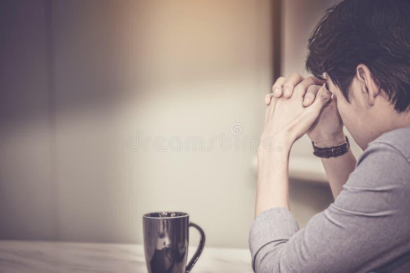 Betonter Geschäftsmann haben Probleme und Kopfschmerzen mit Ausfall herein lizenzfreies stockbild