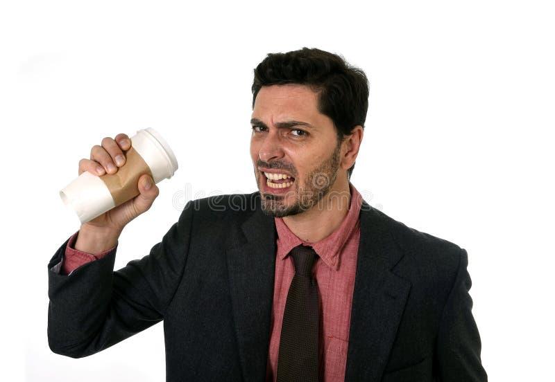 Betonter Geschäftsmann im Anzug und die Bindung, die leere Schale von zerquetscht, nehmen Kaffee im Koffeinsuchtkonzept weg lizenzfreie stockfotos